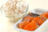 鮭とキノコのユズコショウ炒めの作り方1