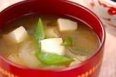 豆腐とキヌサヤのみそ汁