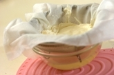 水切りヨーグルトとフルーツの蒸しケーキの下準備1