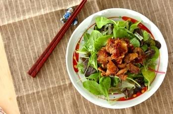 カリカリ豚肉のサラダ仕立て
