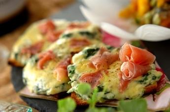 ホウレン草のグラタン風ピザトースト