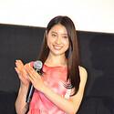 土屋太鳳、背中チラ見せの桜色ワンピースで登場 - 司会の役目奪う活躍