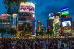 「消費を煽る」看板で溢れ返った街、東京。