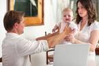 赤ちゃんの前で夫婦喧嘩はストップ!影響と対処法について