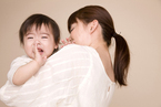 赤ちゃんの夜泣き、どう対応すればいい?海外エキスパートのアドバイスとは?