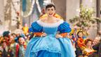 リリー・コリンズが父親ゆずりの美声を披露 『白雪姫と鏡の女王』本編映像が到着!