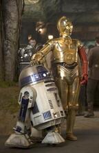 """『スター・ウォーズ』の""""名コンビ""""に何が!?  左腕が赤いC-3POの最新写真解禁"""