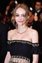 リリー・ローズ・デップ、シャネルのドレスでカンヌに登場! 母・ヴァネッサも歓喜