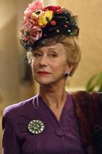 ヘレン・ミレン、ド派手な帽子で実在のゴシップ記者に変身!『トランボ』