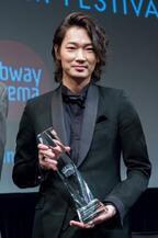 綾野剛、「ライジング・スター賞」授賞式で初NY! 「感謝しかありません」