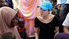 ブランジェリーナ、双子を連れてシリアへ。イラク難民の家庭を訪問