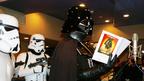 ダース・ベイダー現る 『スター・ウォーズ』熱狂的ファンがコスプレでスタジオ占拠