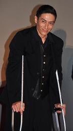 伊勢谷友介、左足の怪我で松葉づえで舞台挨拶に参加
