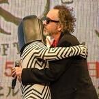ティム・バートン監督とダダが熱い抱擁「ウルトラ怪獣はマイファミリー!」
