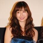 片瀬那奈、スケスケドレスで観客悩殺! 美脚披露し「ちょっとお尻の方が…」