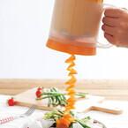 ドウシシャ、野菜の千切りとクルクルカットができる電動スライサー