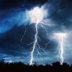 空飛ぶクモの大群? 空からウナギ? 世界各地の奇妙な気象現象を放送