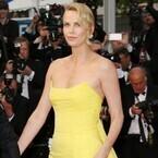 シャーリーズ・セロン、鮮やかドレスで魅了!『マッドマックス』カンヌで上映