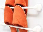 100均のタオルハンガーでスリッパやゴミ袋をスッキリ収納する方法