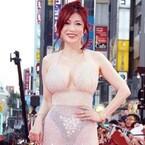 叶美香、美バスト強調スケスケドレスで歌舞伎町に降臨!「スゴすぎる」の声