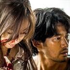 松雪泰子の顔が血まみれに!? 『at HOME』場面写真が物語る、詐欺師の光と影