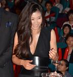 篠原涼子、胸元セクシードレスで会場魅了! 共演陣からも絶賛の嵐