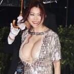 叶美香、胸がこぼれ落ちそうなセクシードレスでレッドカーペット登場!