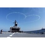 ブルーインパルス、自衛隊観艦式で青空に巨大なハートや桜を描く