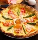 ナポリスピッツァ&カフェに、濃厚カルボナーラ風味のピザ「デロッシ」登場