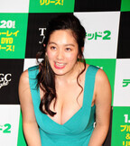 筧美和子、胸元全開でセクシーアピール! テッド以外触られたら「殴ります」