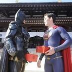 バットマンとスーパーマンが豆まき参戦! 升を片手にバトル勃発!?