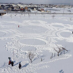 美しき白銀キャンパス! 青森で開催中の「冬の田んぼアート」が壮大すぎる