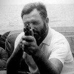 ヘミングウェイ、2度目の墜落から頭突きで生還 - 偉人たちの仰天秘話