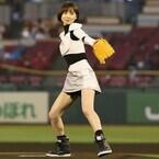 篠田麻里子、宇宙服風ミニスカで始球式に登場 - ノーバン果たせず「30点」