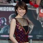 米倉涼子、セクシードレスでUKプレミア登場! キャプテン・アメリカと初対面