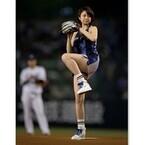 中村静香、セクシーなミニスカ衣装で始球式 - ノーバン達成も「悔しい」