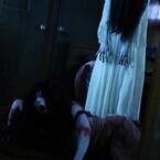 貞子の髪の毛攻撃に伽椰子、苦悶の表情… 両者のバトルシーン写真が初公開
