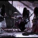 貞子&伽椰子、聖飢魔IIの映画主題歌MVでギターバトル!デーモン閣下もご満悦