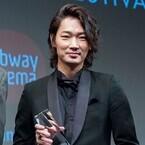 綾野剛、ライジング・スター賞で初NY! 謙虚な英語スピーチに拍手喝采