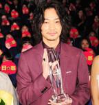 綾野剛、NYの映画祭から凱旋 - 女優2人から花束を贈られ満面の笑み