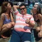 ブラマヨ小杉、夏の江の島と水着美女でハイテンション「ヒーハー!」
