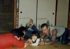 伊藤歩、2歳当時の写真を公開 - 近所の男性とカメラ目線で腕ずもう