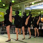 東京都・JR品川駅に謎の美脚集団!? ダンスでストッキング履いた美脚を強調