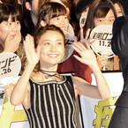 """大島優子、爽やか""""脇チラ""""ワンピースで登場 - 観客から「小さい」の声"""