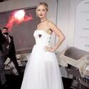ジェニファー・ローレンス、セクシーな純白ドレスで魅了