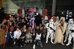 SW新作『ローグ・ワン』公開にファン熱狂! ダース・ベイダーとカウントダウン