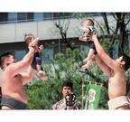 東京都・浅草寺にて赤ちゃんが土俵で泣き声勝負!「泣き相撲」で力士も奮闘