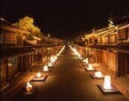 岐阜県美濃市の歴史ある町並みを、美濃和紙で包まれたやさしい灯りが照らす