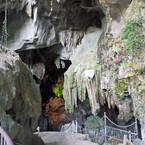 世界最大の岩山に、2億5000万年前にできた鍾乳洞がある!