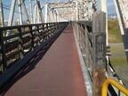 大阪府の大阪市内には、電車と並んで人が渡れる橋があった!
